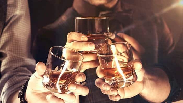 Anstoßen mit Whisky